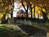 Auf einer kleinen Anhöhe, gegenüber dem Kalvarienberg, liegt die kleine Bergkirche von Alendorf im Lampertstal.