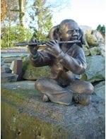 Ausstellungsgelände mit Bronzeskulpturen und Brunnen