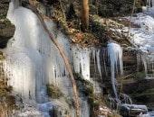 Der Klidinger Wasserfall, viele Eiszapfen haben sich gebildet.