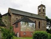 """Die Pfarrkirche St. Dionysius in Gondenbrett mit dem Wandgemälde """"Bekehrung des St. Hubertus""""."""