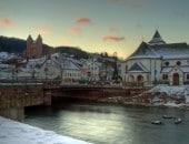 Mürlenbach mit der Bertradaburg an einem Winterabend.