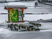 Schneebedeckter und einsamer Wanderparkplatz in Büdesheim.