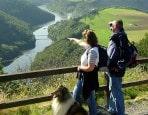 Wanderpaar an der Ourtalschleife